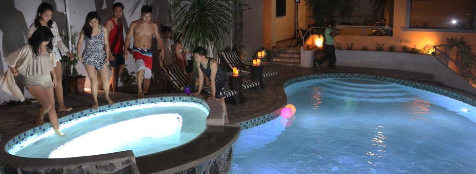 The glow in the dark swimming pool 1775 adriatico suites - Glow in the dark swimming pool toys ...